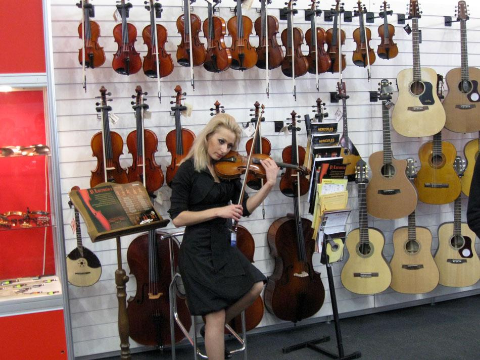 Girl (violinist)