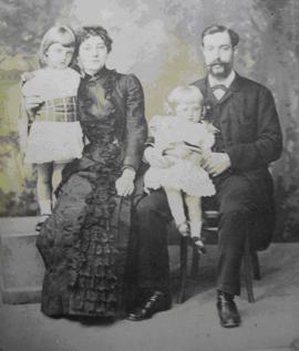 Семейная группа. Сара-Джейн сидит с Лиззи, Егор Егорович с маленькой Джесси на руках